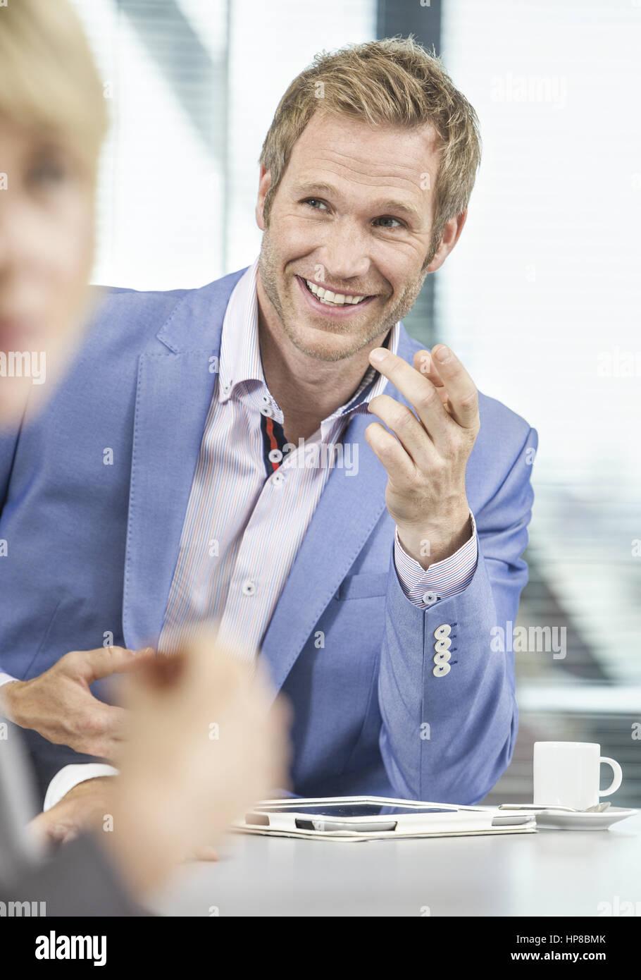 Blonder Mann im Gespraech (model-released) - Stock Image