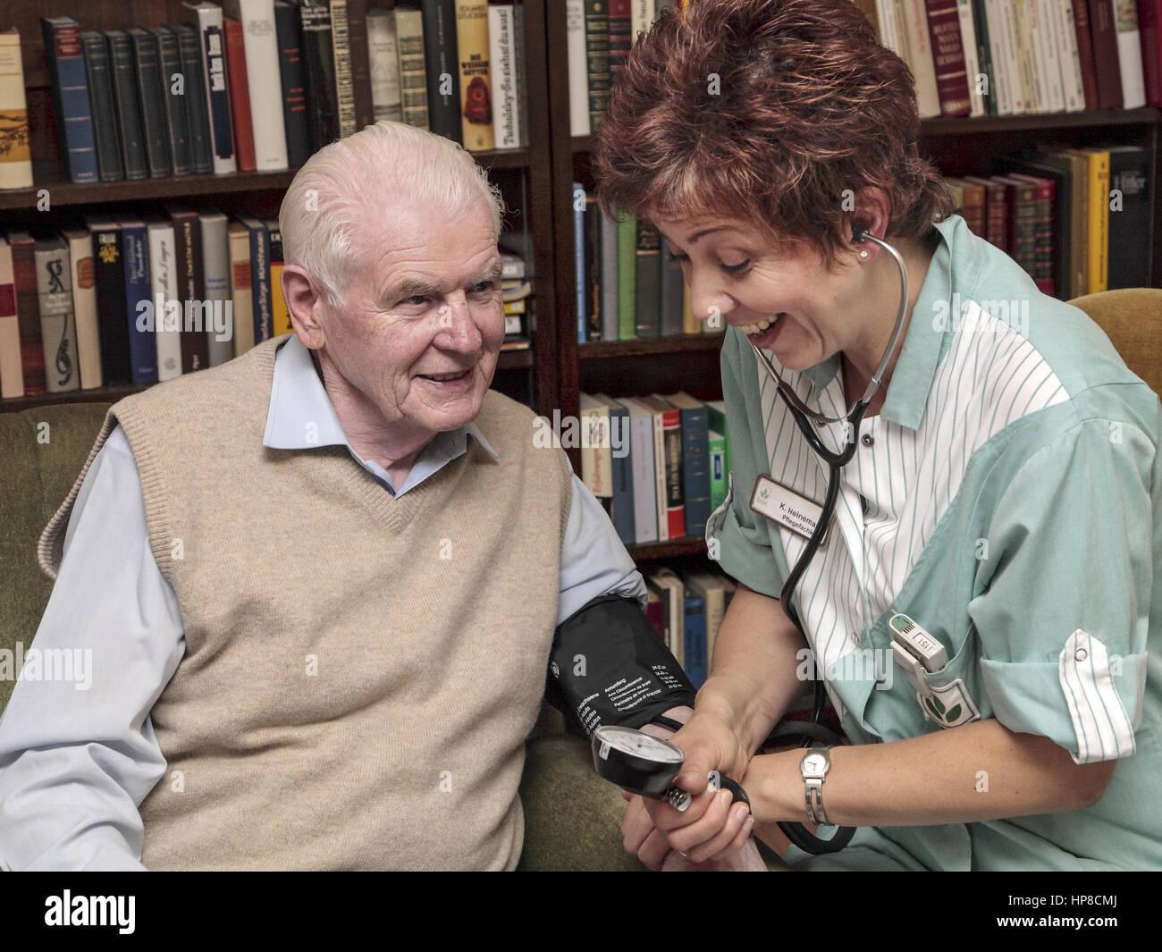 Pflegerin misst bei Senior Blutdruck (model-released) - Stock Image