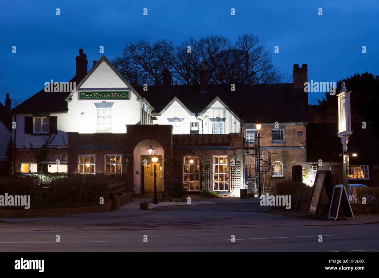 The Kings Head pub at dusk, Wellesbourne, Warwickshire, England, UK - Stock Image