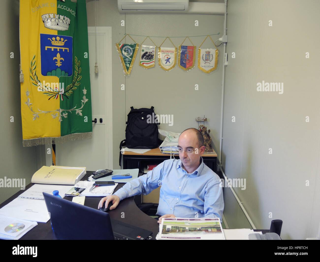 Accumoli, Italy. 16th Feb, 2017. Stefano Petrucci, mayor of the Accumoli municipality, sits in his makeshift office - Stock Image