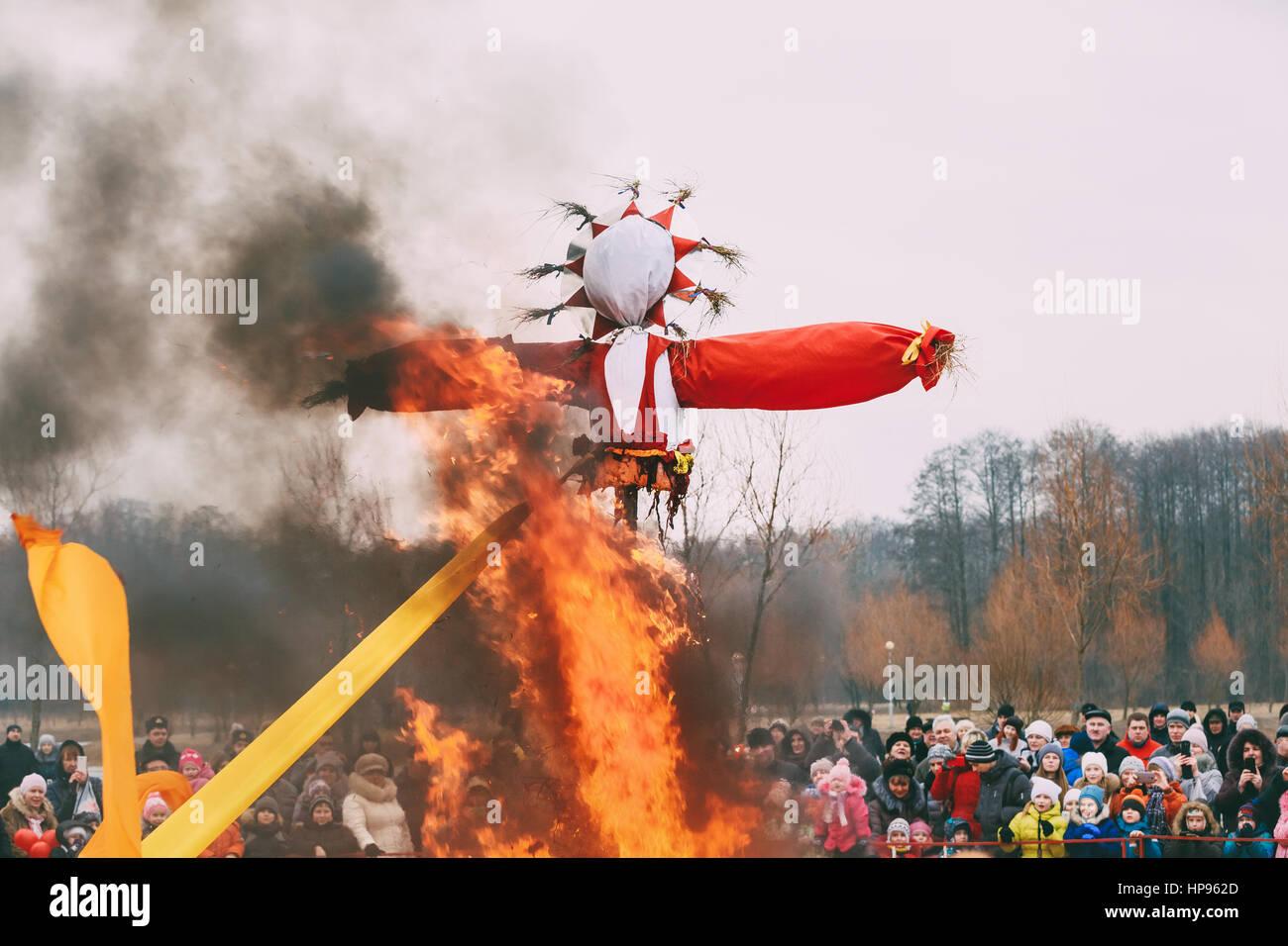 Gomel, Belarus - February 21, 2015: Burning effigies straw Maslenitsa in fire on the traditional holiday dedicated - Stock Image