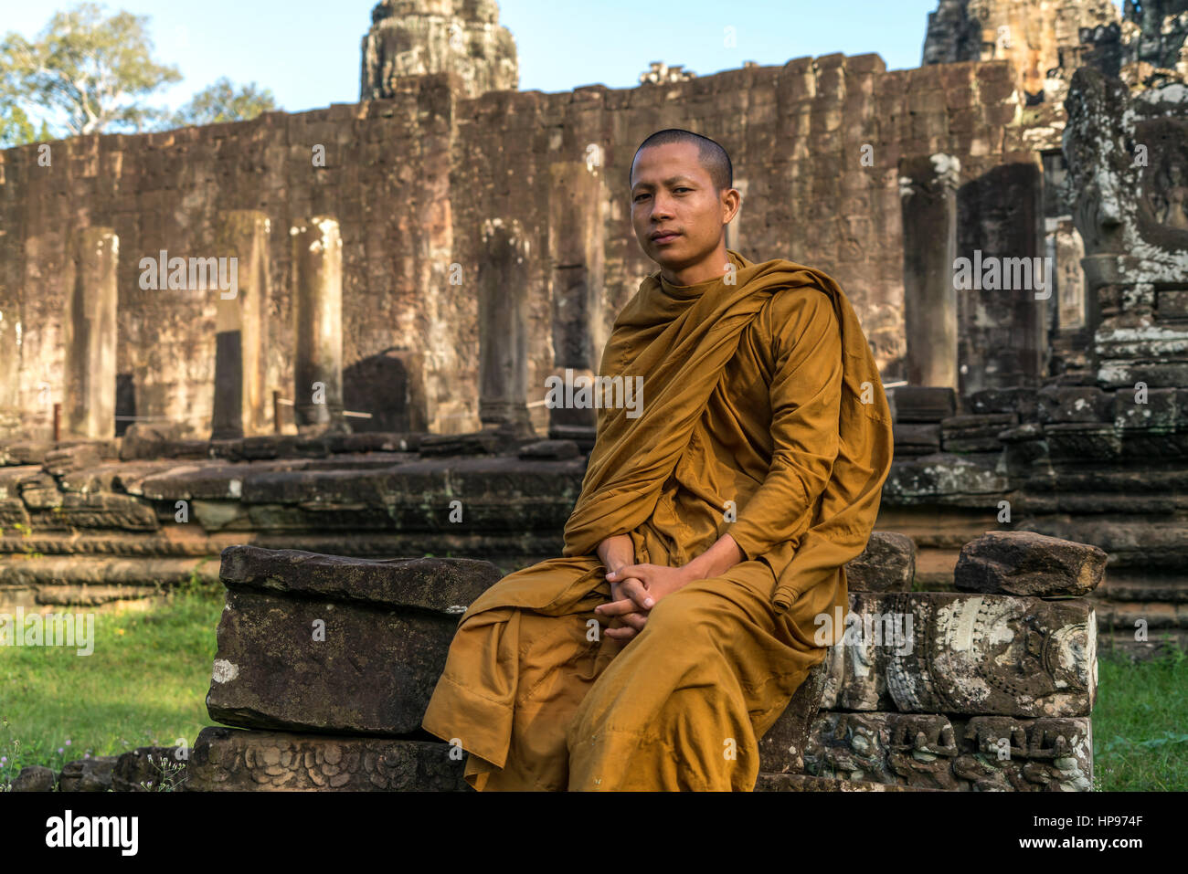 buddhistischer Mönch in der Tempelanlage Bayon, Angkor Thom, Kambodscha, Asien  | buddhist monk at the temple - Stock Image