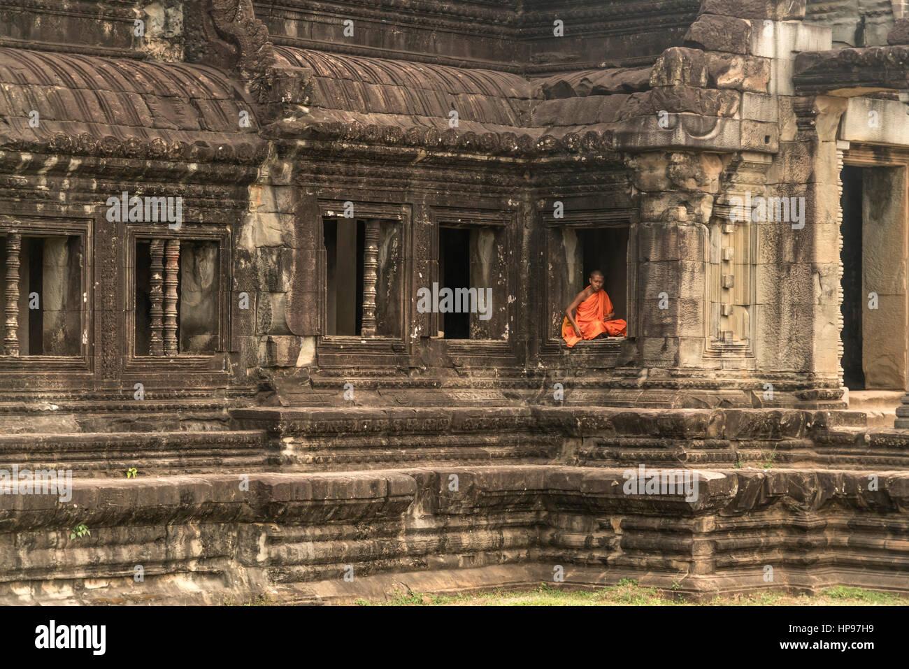 buddhistischer Mönch sitzt in einem Fenster, Tempelanlage Angkor Wat, Kambodscha, Asien     buddhist monk sitting Stock Photo