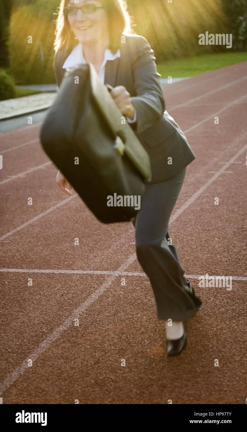 Model released , Gesch?ftsfrau l?uft auf Laufbahn - businesswoman on running track - Stock Image