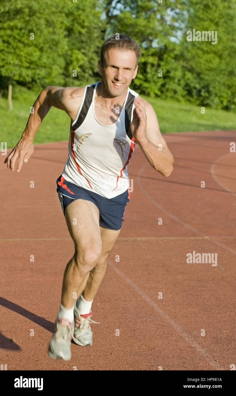 Model released , Mann auf Laufbahn - man on running track - Stock Image