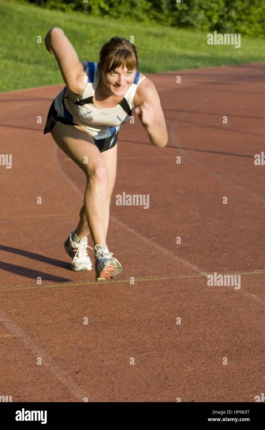 Model released , Frau auf Laufbahn - woman on running track - Stock Image