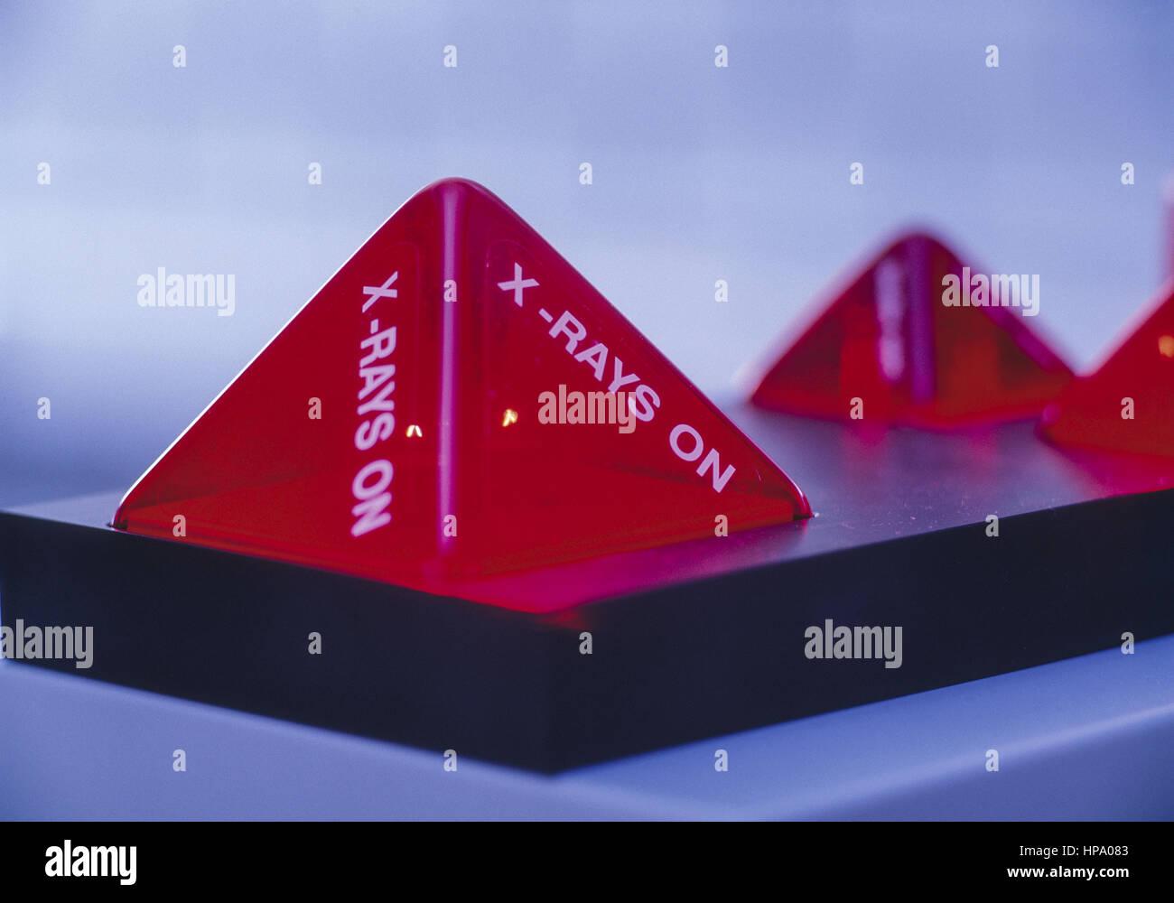 Rote Warnanzeigen vor Roentgenstrahlung Stock Photo