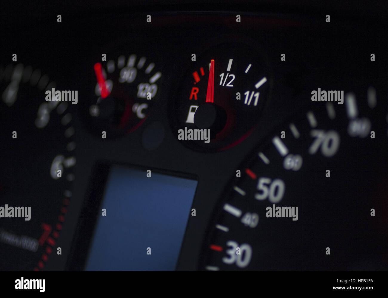 Tankanzeige in Kraftfahrzeug - Stock Image