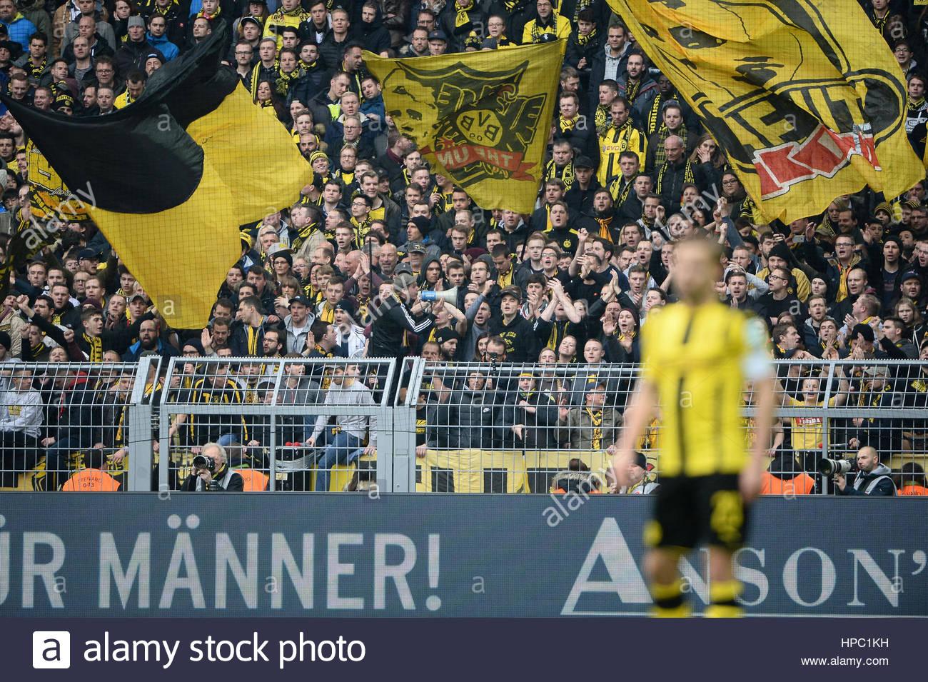 Dortmund Fans auf der Nord-Tribuene  DORTMUND, DEUTSCHLAND - 18. FEBRUAR: FUSSBALL - 1. Bundesliga - Saison 2016/17 - Stock Image