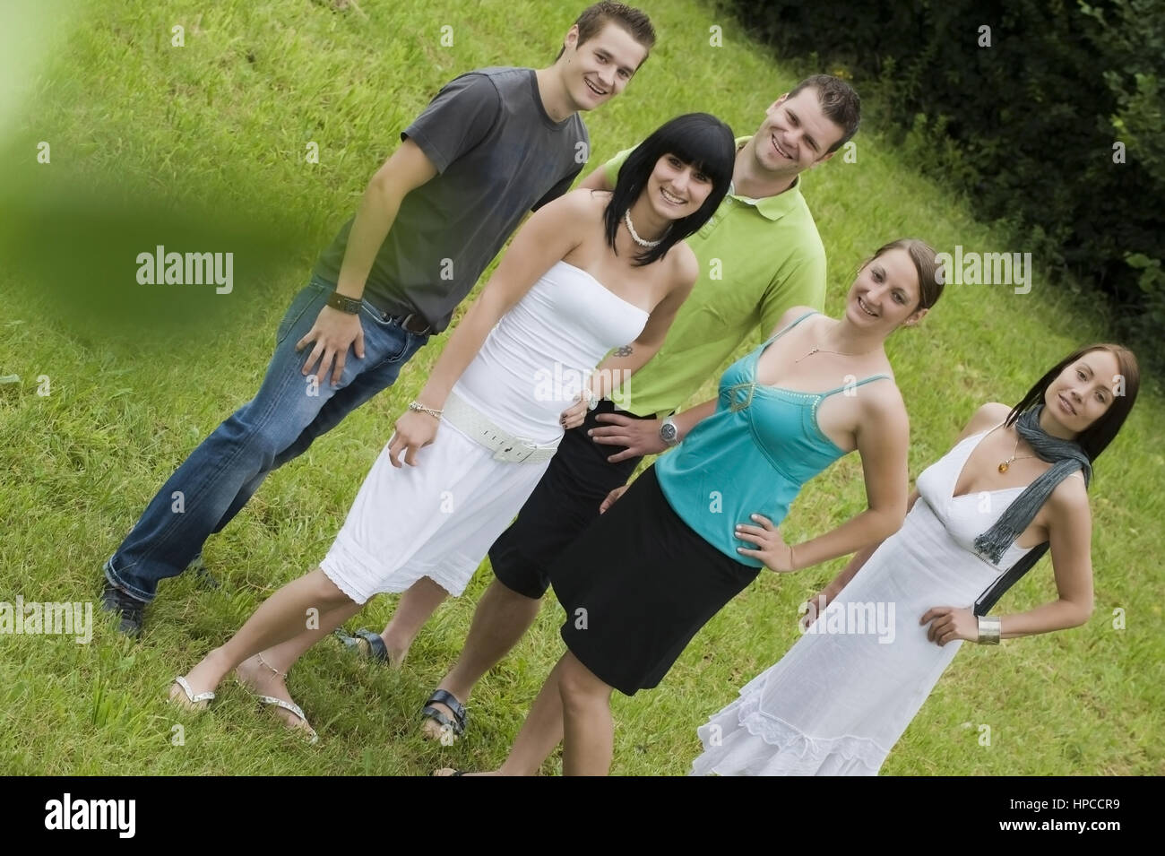 Model released , Junge Leute, 20+, in der Wiese - Young people in meadow - Stock Image