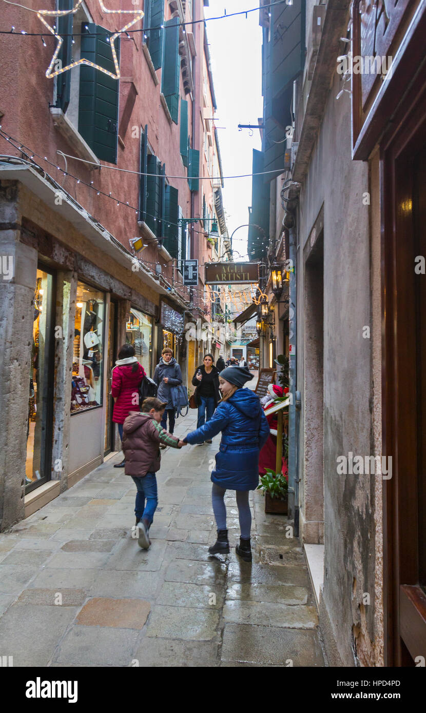 Visitors and tourists walking in Venice, Italy. - Stock Image