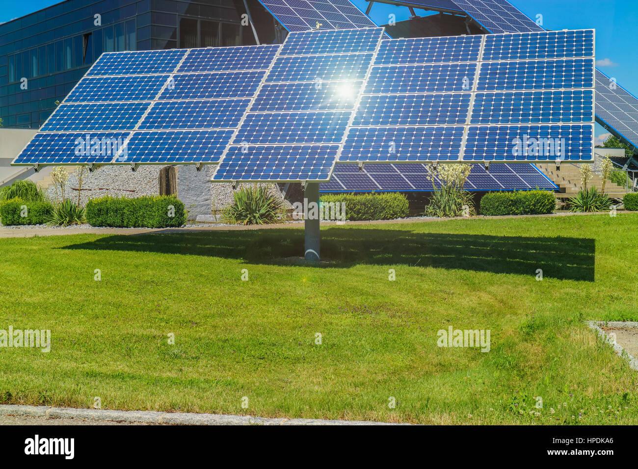 Solarkollektor, Sonne und Wolken, Ökologie - Stock Image