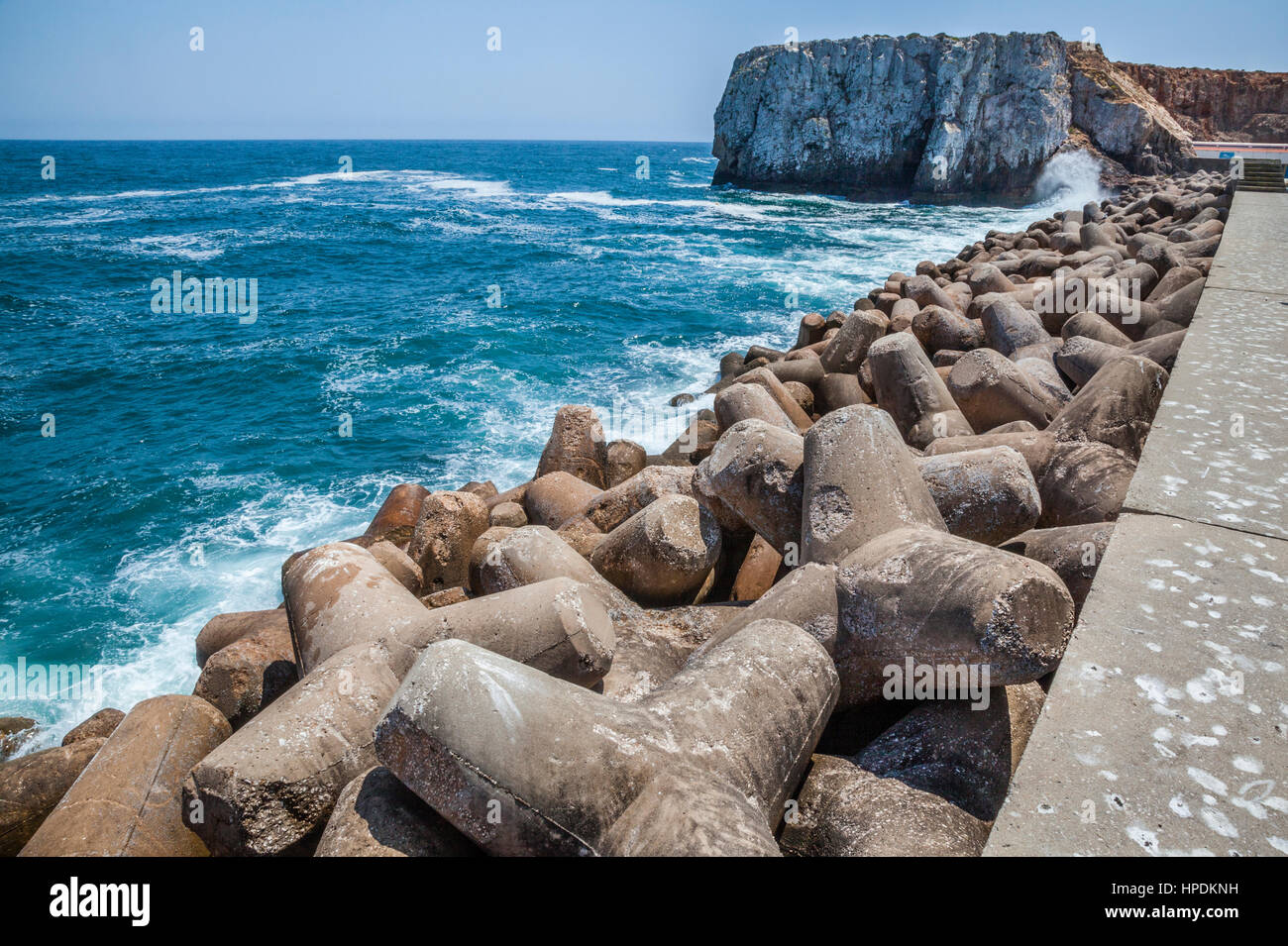 Portugal, Algarve, Sagres, massive tetrapod concrete structures reinforce the breakwater mole of Porto da Baleeira - Stock Image