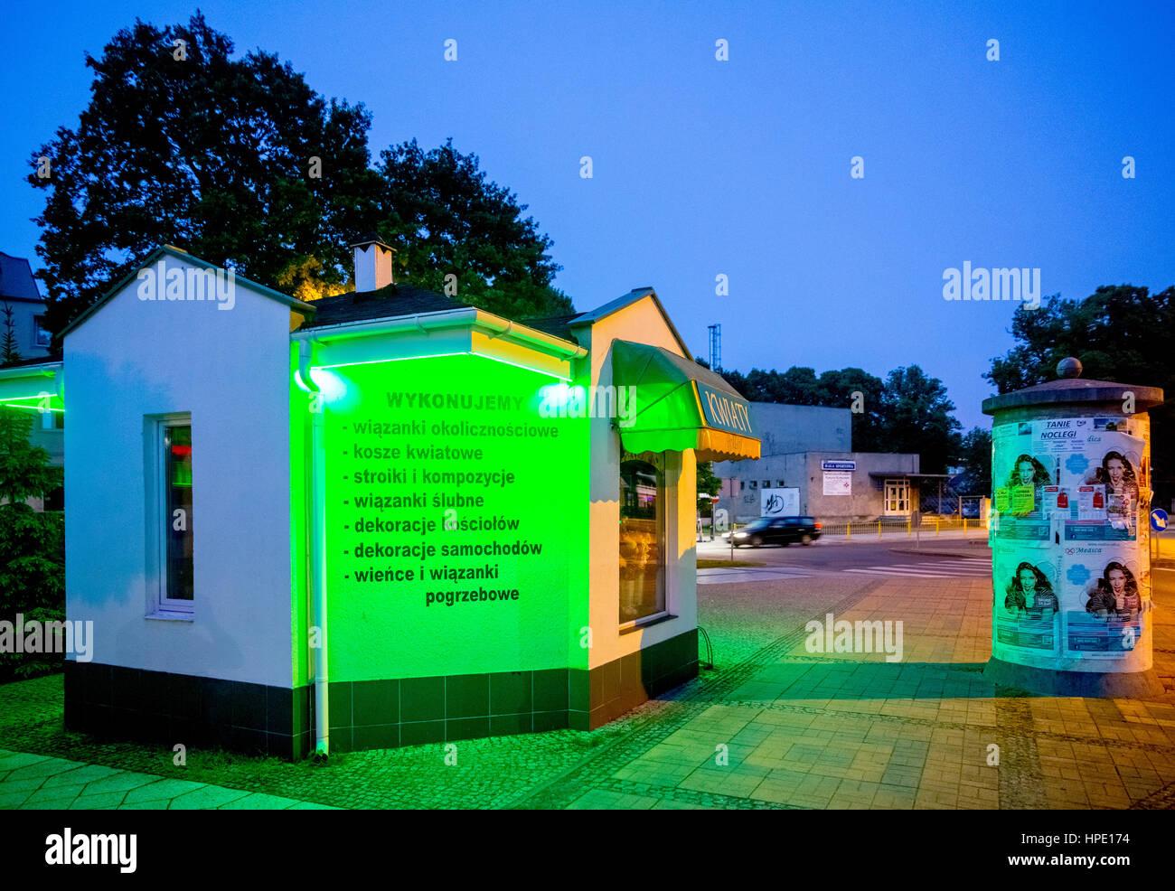 Green stained kiosk, blue hour, Świnoujście, Swinemünde,Województwo zachodniopomorskie, Poland - Stock Image
