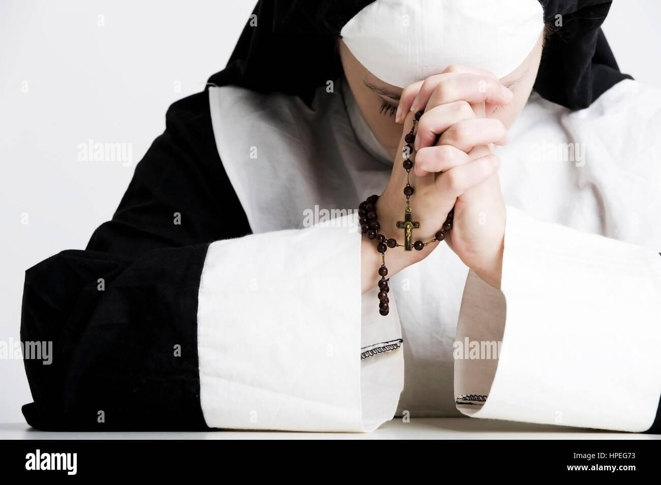 Model released , Nonne betet den Rosenkranz - nun says a rosary - Stock Image