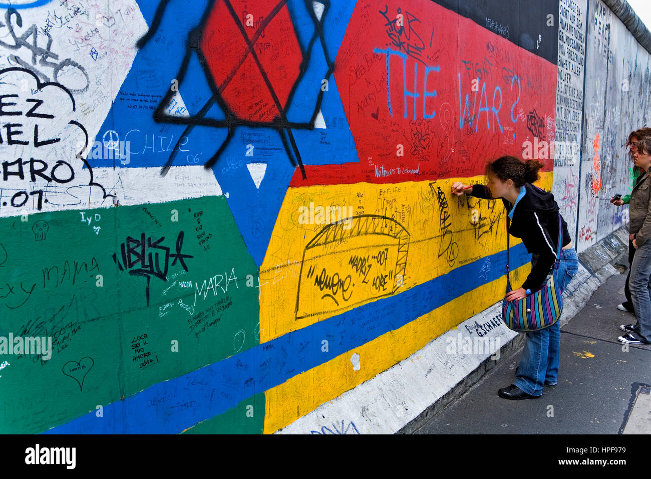 East Side Gallery.writing mensages in the wall on a drawing of stars ...
