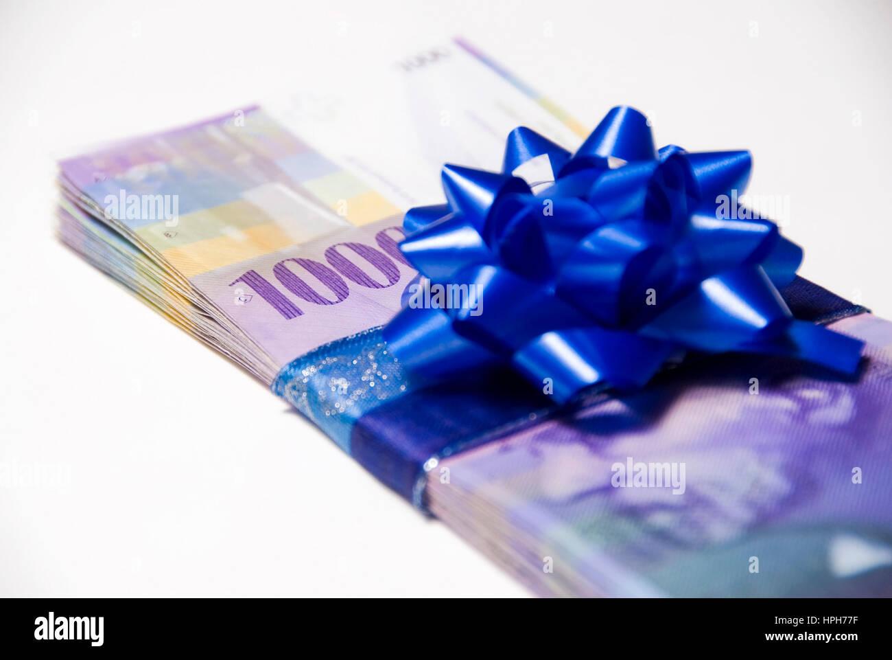 Schweizer Franken mit Geschenksmasche - Swiss Francs with present bow - Stock Image