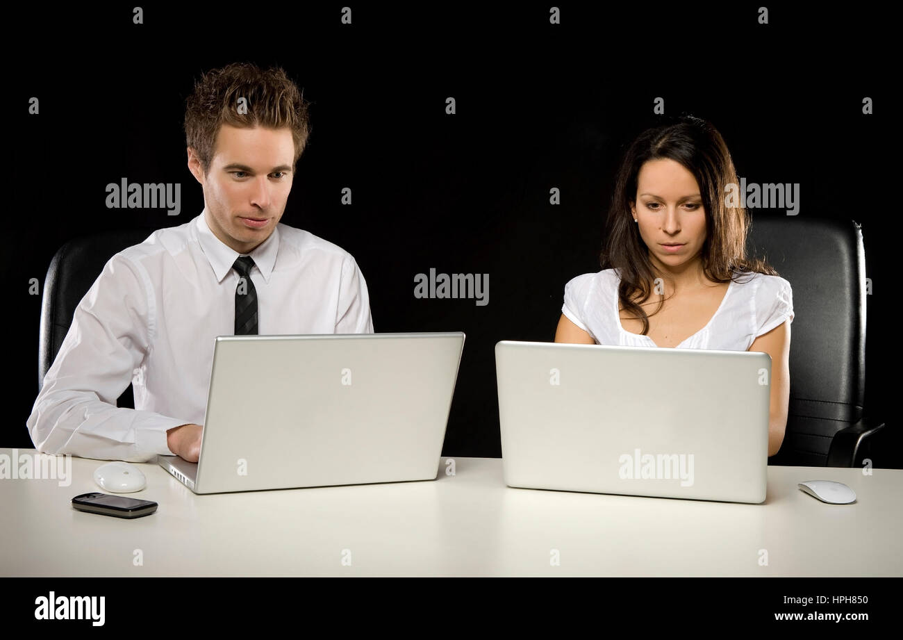 Businesspeople arbeiten an Laptops - business people using laptops, Model released - Stock Image