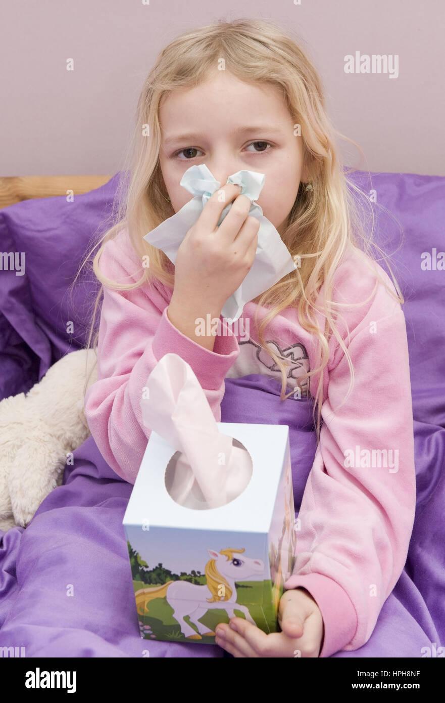 Maedchen mit Erkaeltung im Bett - sick girl in bed, Model released Stock Photo