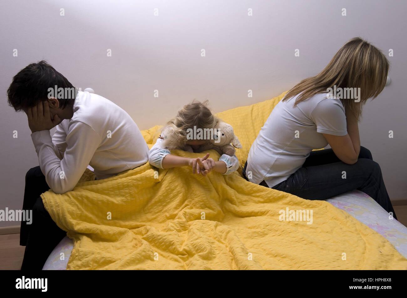 Beziehungskrise zwischen den Eltern, Tochter leidet mit - crisis in a relationship, Model released Stock Photo