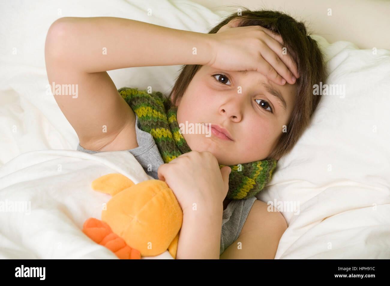 Kranker Junge im Bett - sick boy in bed, Model released Stock Photo