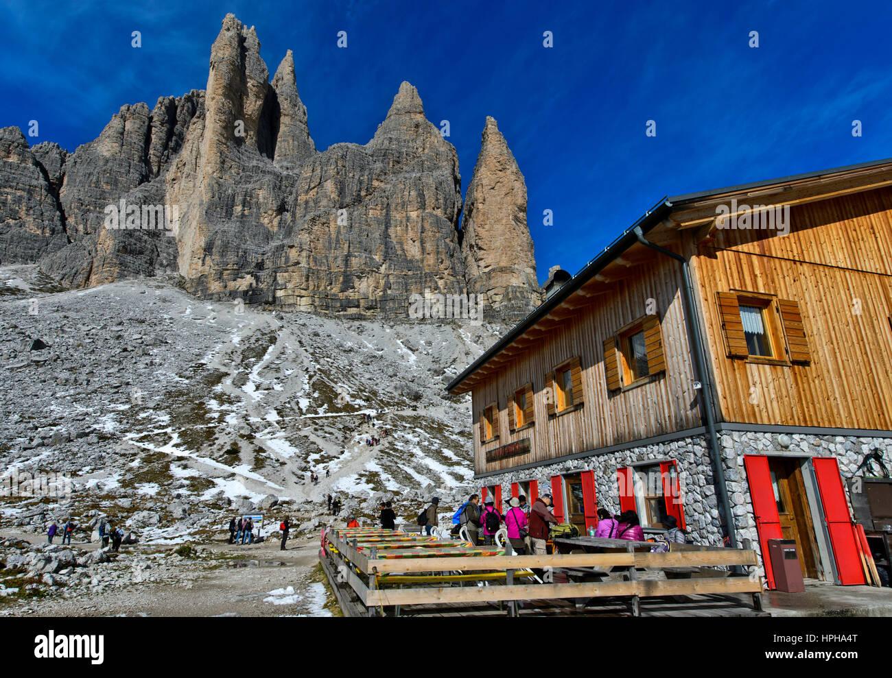Mountain hut Rifugio Lavaredo at the foot of the Three Peaks Mountains, Sexten Dolomites, South Tyrol, Trentino - Stock Image