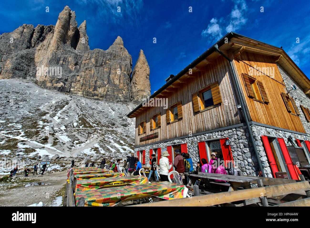 Mountain hut Rifugio Lavaredo at the foot of the Three Peaks Mountains, Sexten Dolomites, South Tyrol,Trentino-Alto - Stock Image