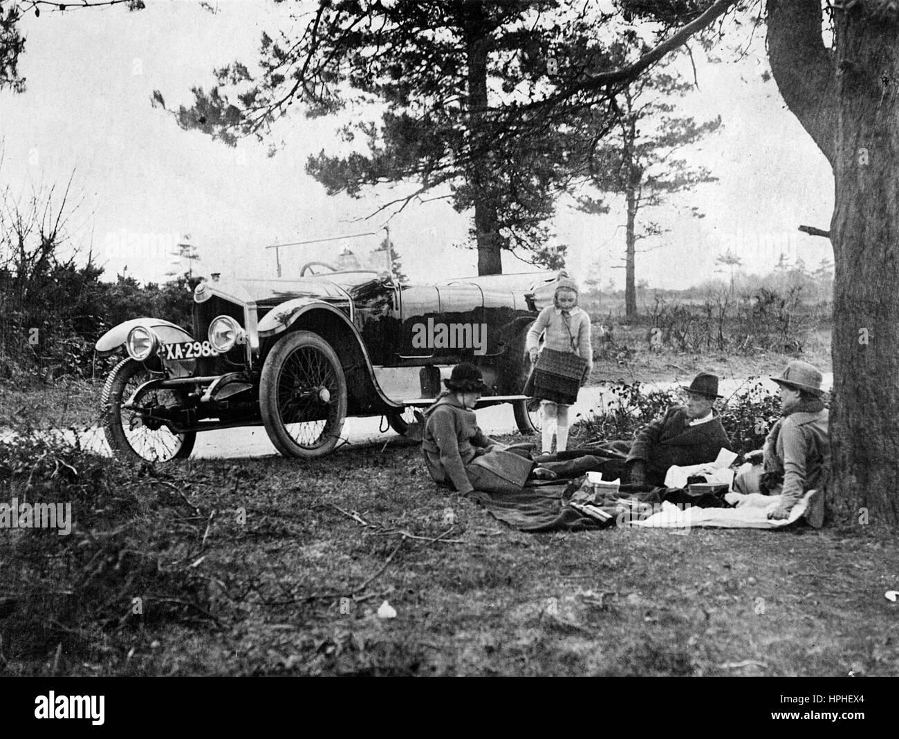 1920 Crossley 25-30 hp picnic scene - Stock Image