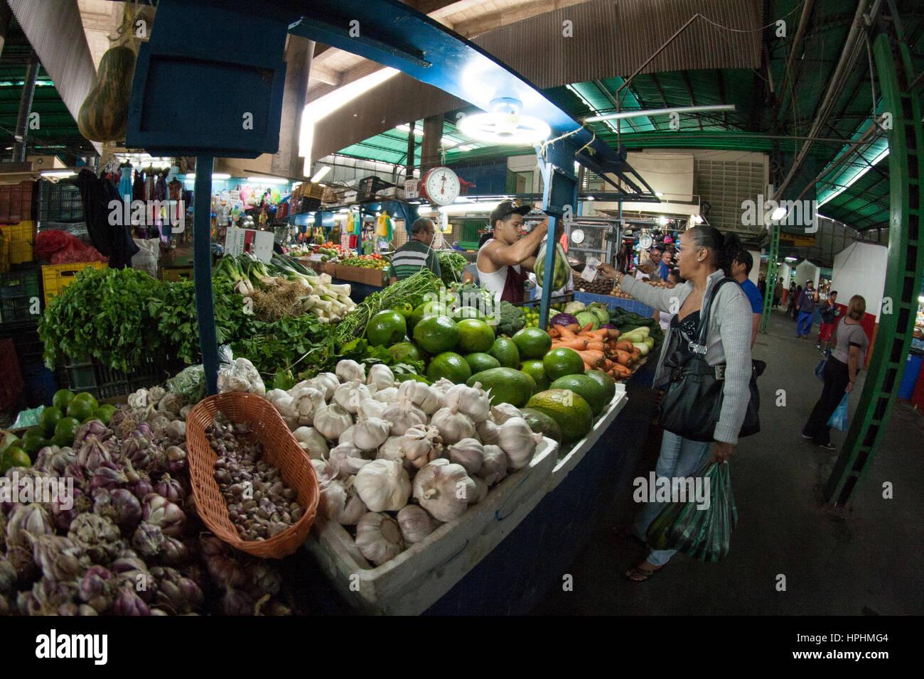 Caracas, Dtto Capital / Venezuela - 04-02-2012 : People buying in a famous popular market in San Martín Avenue. - Stock Image