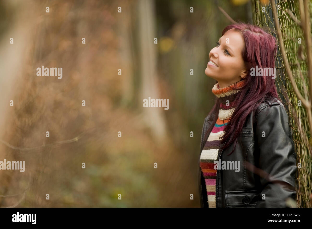 Model released , Rothaarige, junge Frau im Herbst - red haired woman in autumn - Stock Image