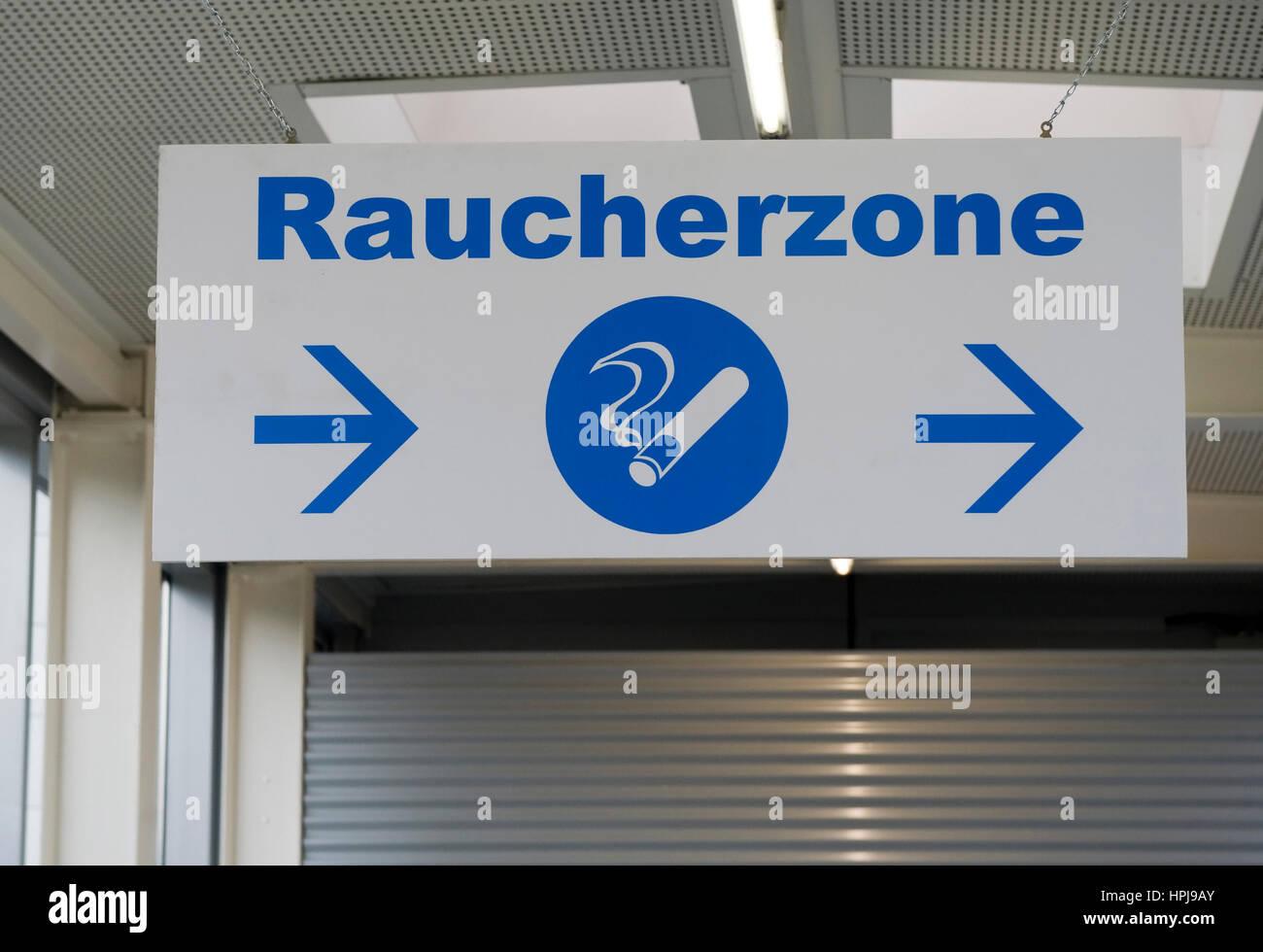 Wegweiser Raucherzone - shild for smoking area - Stock Image