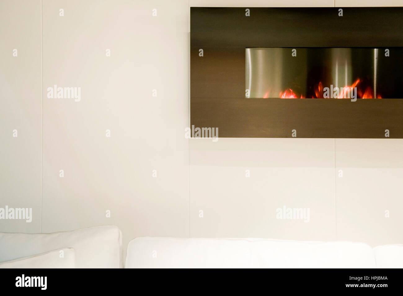 Moderner, eingebauter Kamin in Zimmerwand - modern living - Stock Image