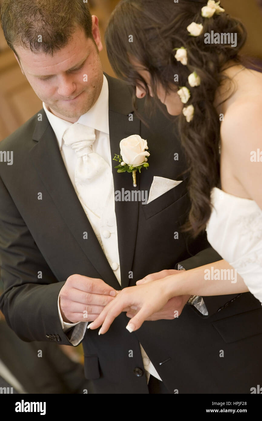 Model released , Standesamtliche Trauung, Ring anstecken - civil marriage Stock Photo