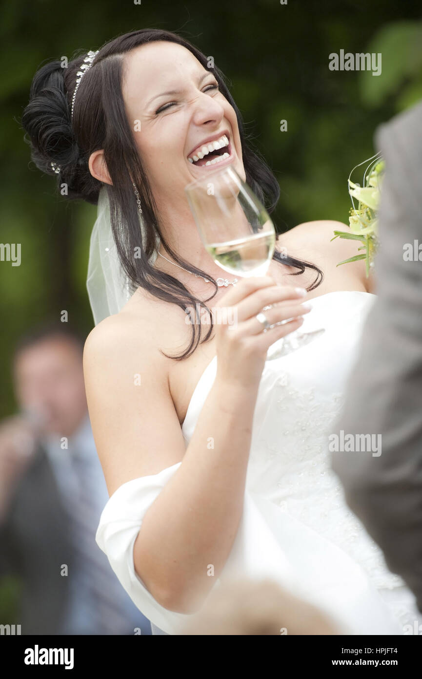 Model released , Lachende Braut mit Sektglas in der Hand - laughing bride - Stock Image