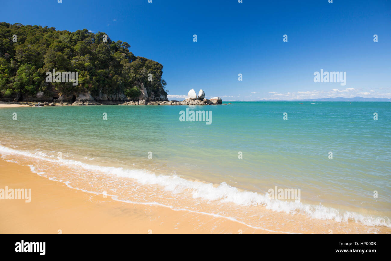 Kaiteriteri, Tasman, New Zealand. View to Split Apple Rock from the sandy beach at Towers Bay. - Stock Image