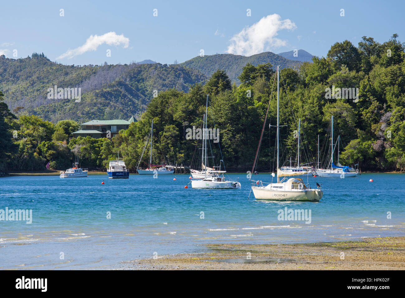Picton, Marlborough, New Zealand. Yachts anchored in the sheltered harbour at Ngakuta Bay. - Stock Image