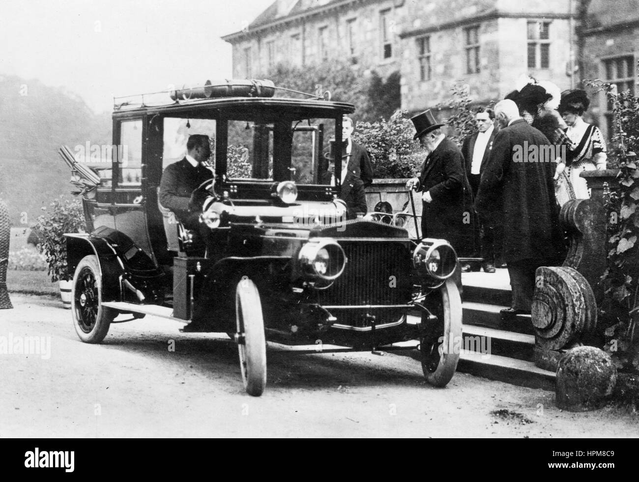 H.M King Edward VII entering his Daimler 35hp landaulette at Rufford Abbey 1907 - Stock Image