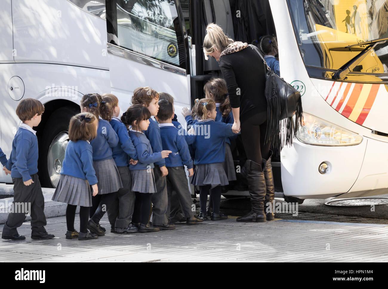 Spanish schoolchildren and school bus. Spain - Stock Image