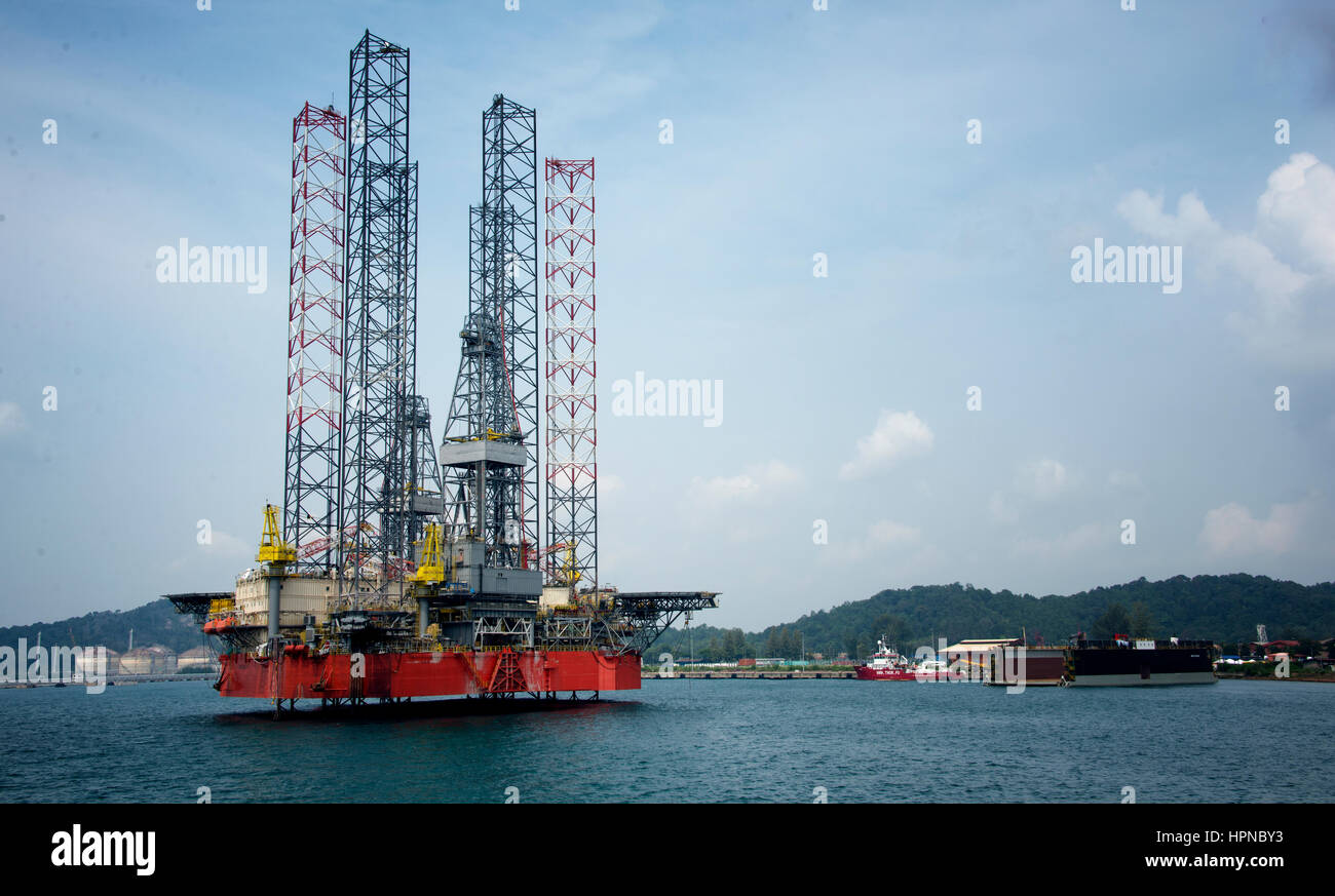 jack up rig at port during sunny day - Stock Image