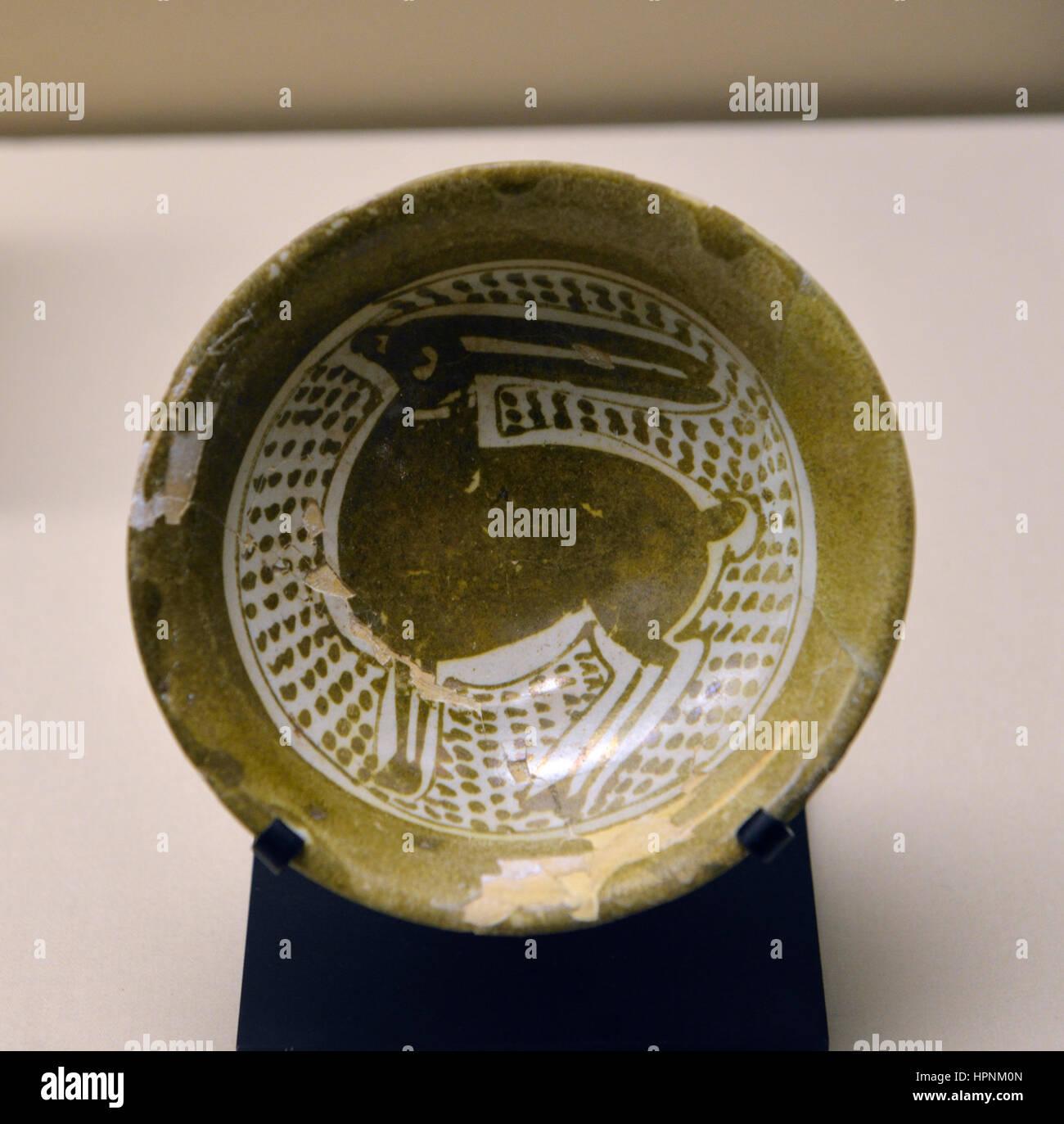 Bowl. Al-Rabadha. 9th century CE. Painted earthenware. National Museum, Riyadh. - Stock Image