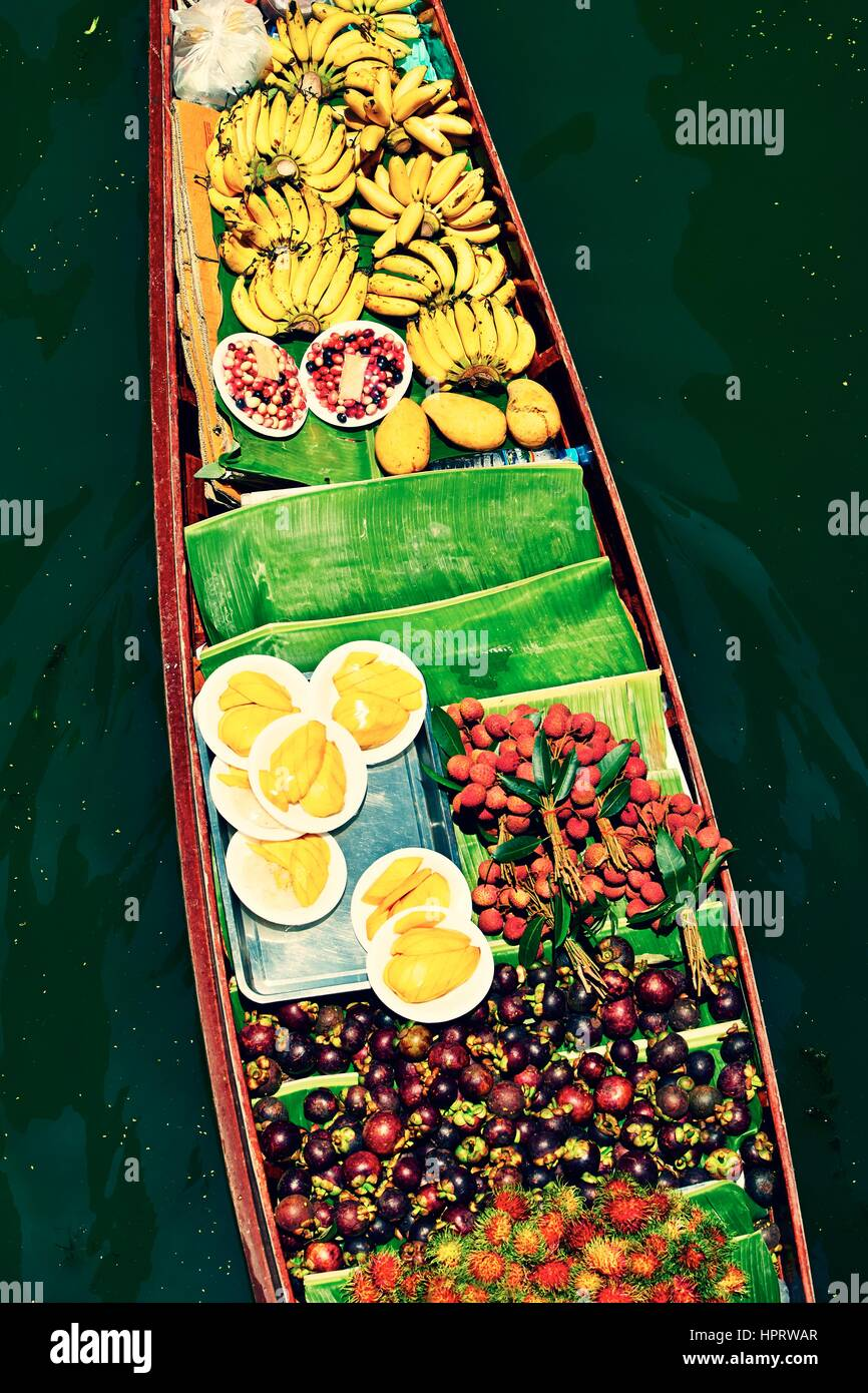 Traditional floating market in Damnoen Saduak near Bangkok - Stock Image