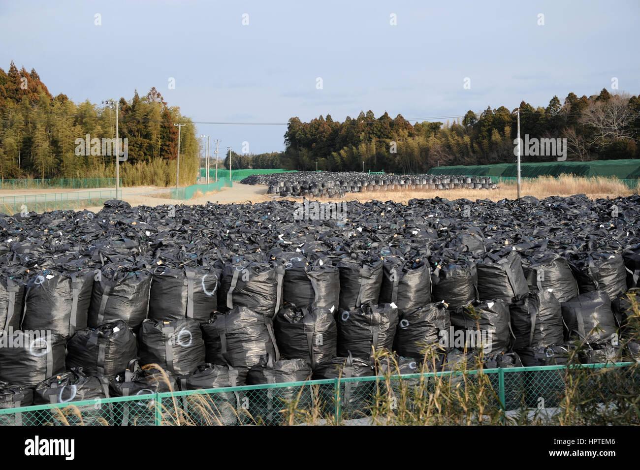 (170225) -- FUKUSHIMA(JAPAN), Feb. 25, 2017 (Xinhua) -- Photo taken on Feb. 22, 2017 shows bags of contaminated - Stock Image