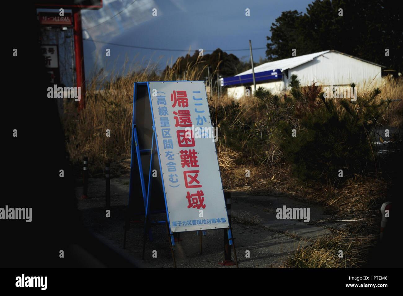 (170225) -- FUKUSHIMA(JAPAN), Feb. 25, 2017 (Xinhua) -- Photo taken on Feb. 22, 2017 shows a warning sign at Okuma - Stock Image