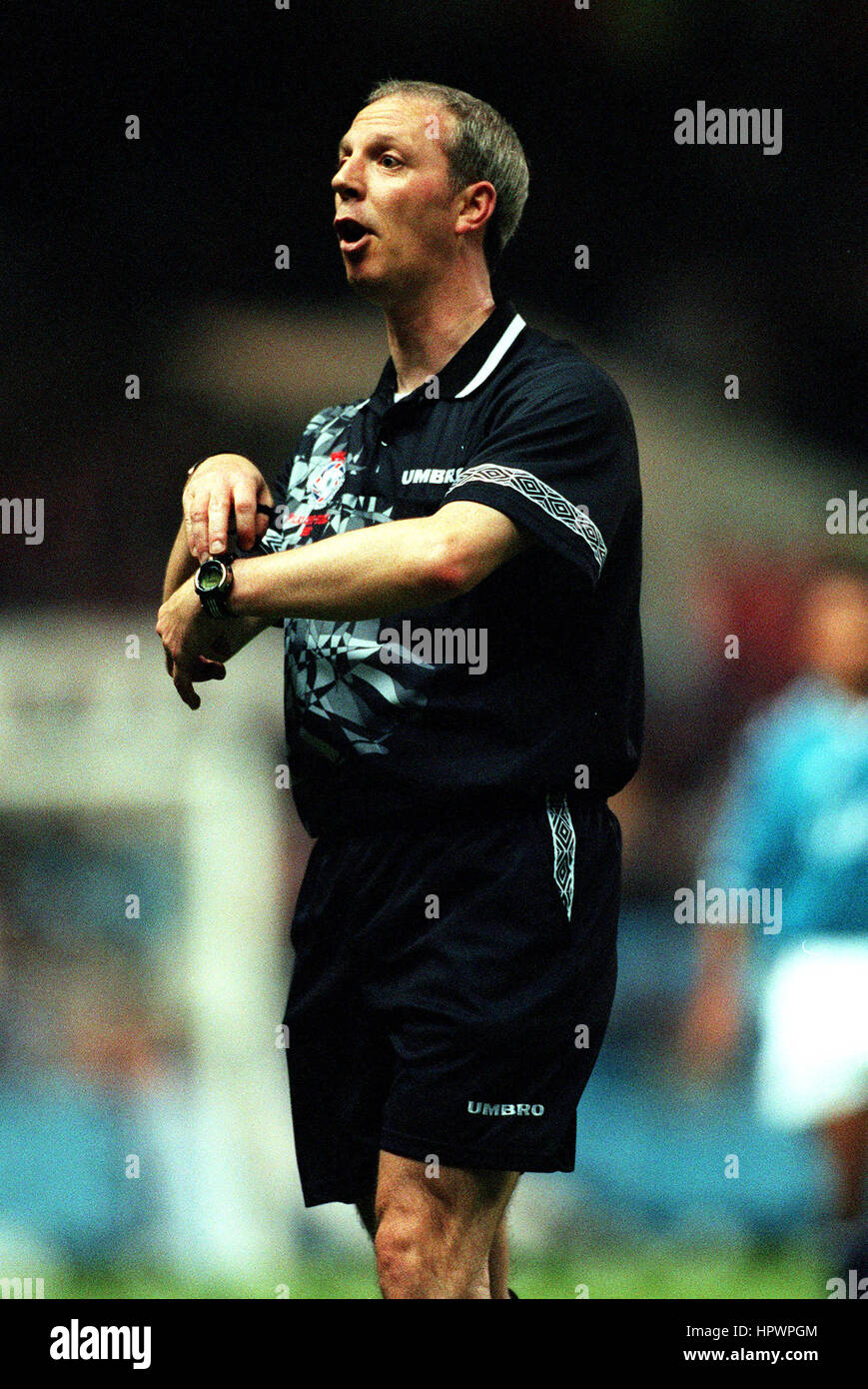 NEALE BARRY FOOTBALL REFEREE 24 September 1998 Stock Photo