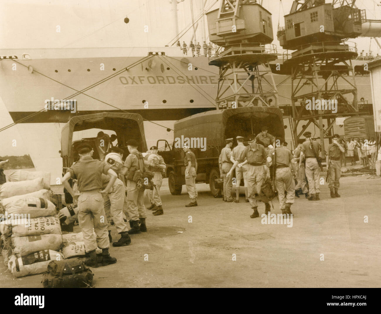 British Gordon Highlanders troop disembarking from the ship Oxfordshire, Mombasa, Kenya 1961 - Stock Image