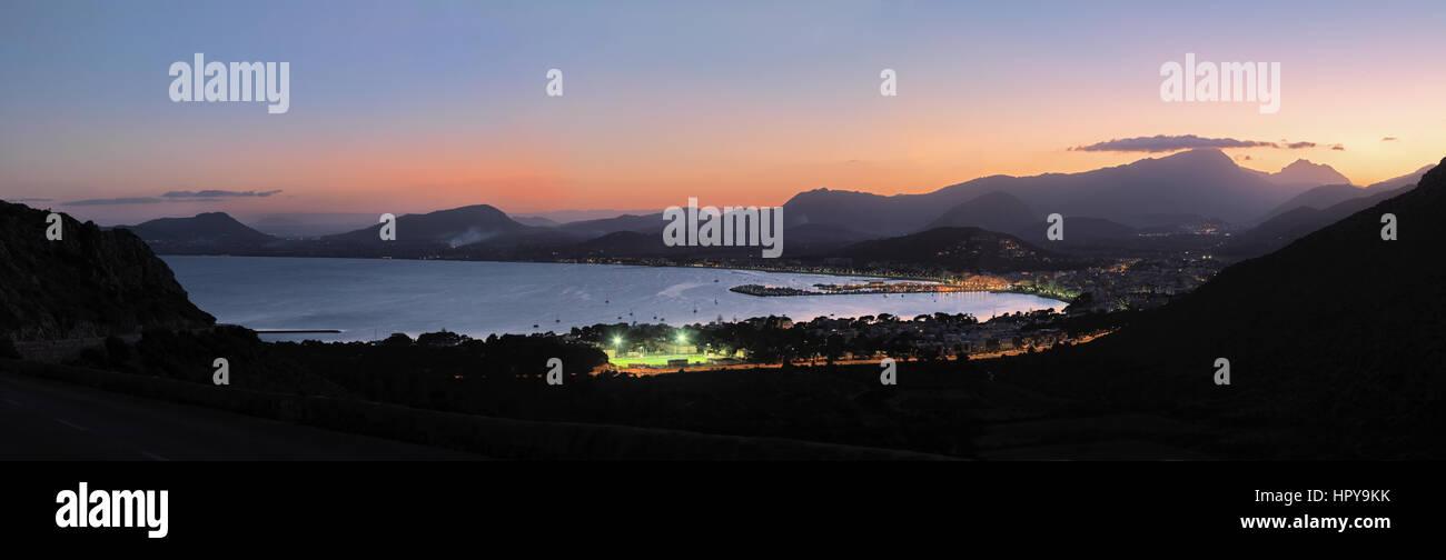 Blick in die Bucht Badia de Pollenca mit Port de Pollenca, Abendstimmung, Halbinsel Formentor, Mallorca, Balearen, - Stock Image