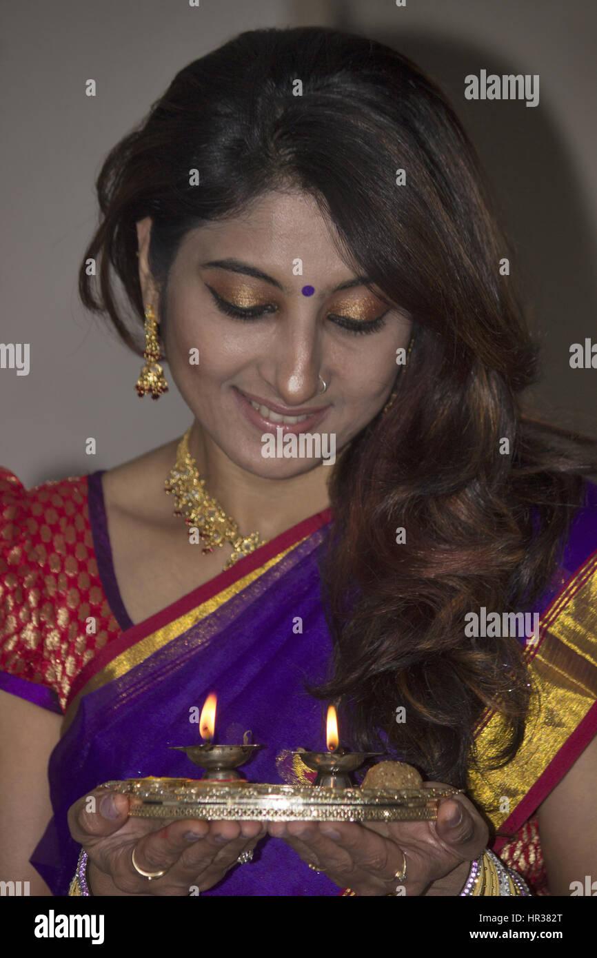 Hindu Indian lady in sari doing the aarti Stock Photo