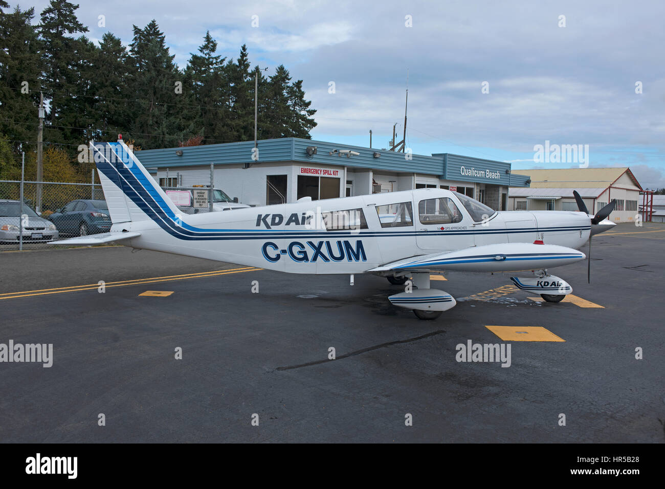 KD Air, Piper-PA-32-301 Air Taxi (C-GXUM) at Qualicum Beach Airport on Vancouver Island, British Columbia. Canada. - Stock Image