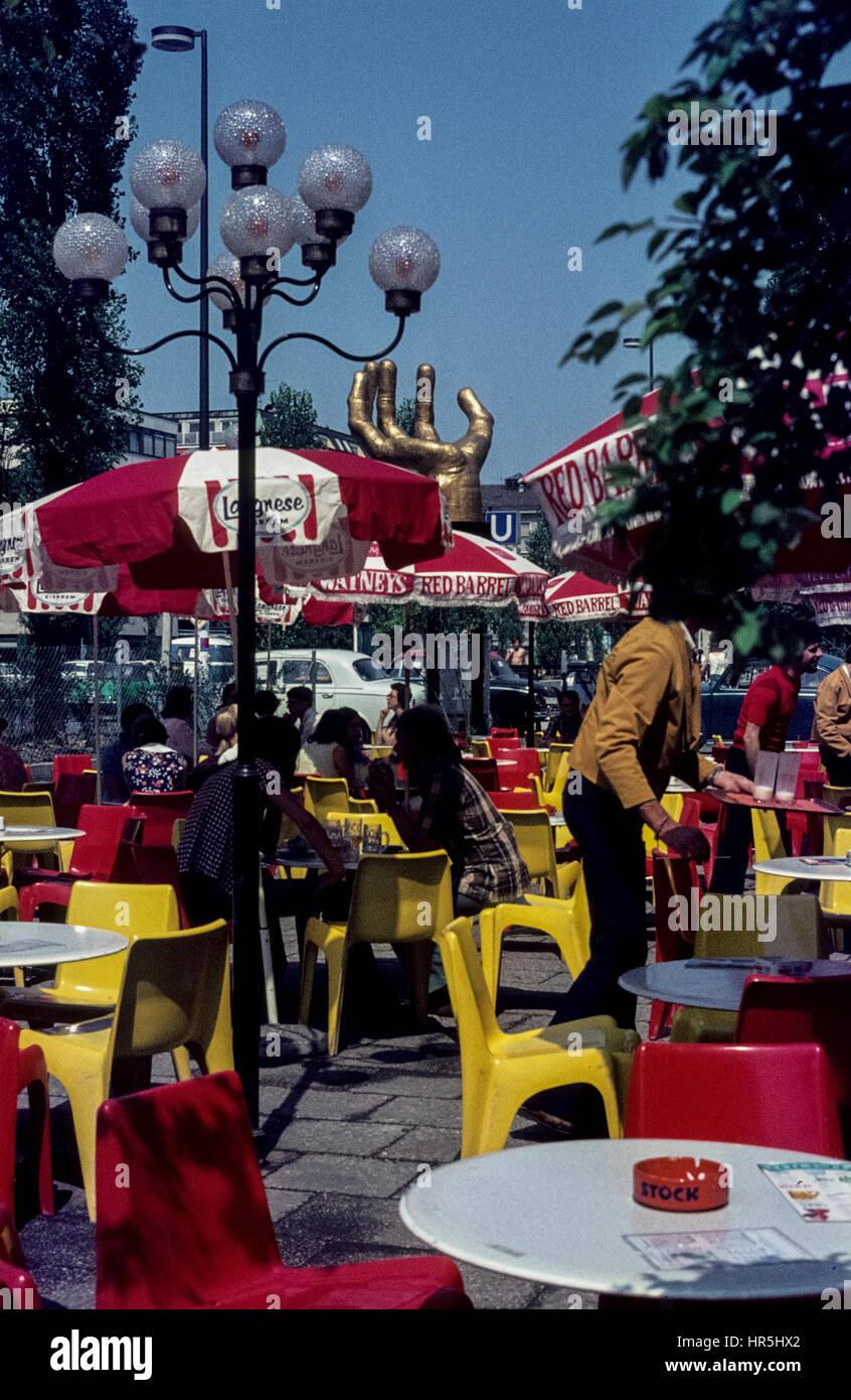 Straßencafé an der Münchner Freiheit.  The district Schwabing, Munich, in the early 1970s. - Stock Image