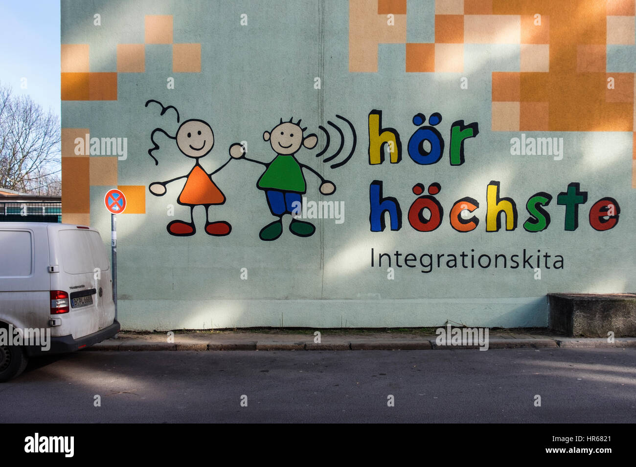 Berlin, Frederichshain. Hör-höchste Integrationskita kindergarten colourful wall, School includes disabled - Stock Image